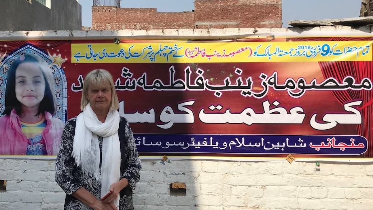 Margita Boström besökte mördade Zainabs familj, här framför en affisch med hennes bild.