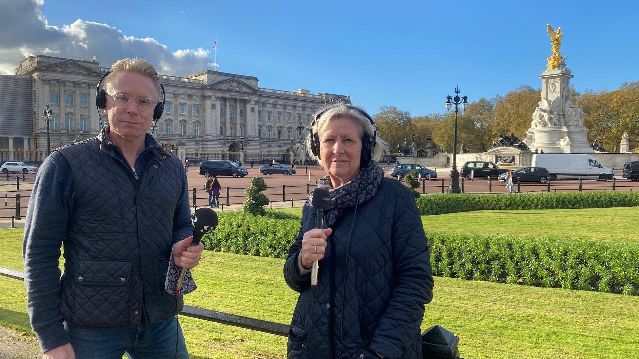 Londonkorrespondent Daniel Alling och hans företrädare Agneta Ramberg utanför Buckingham Palace.