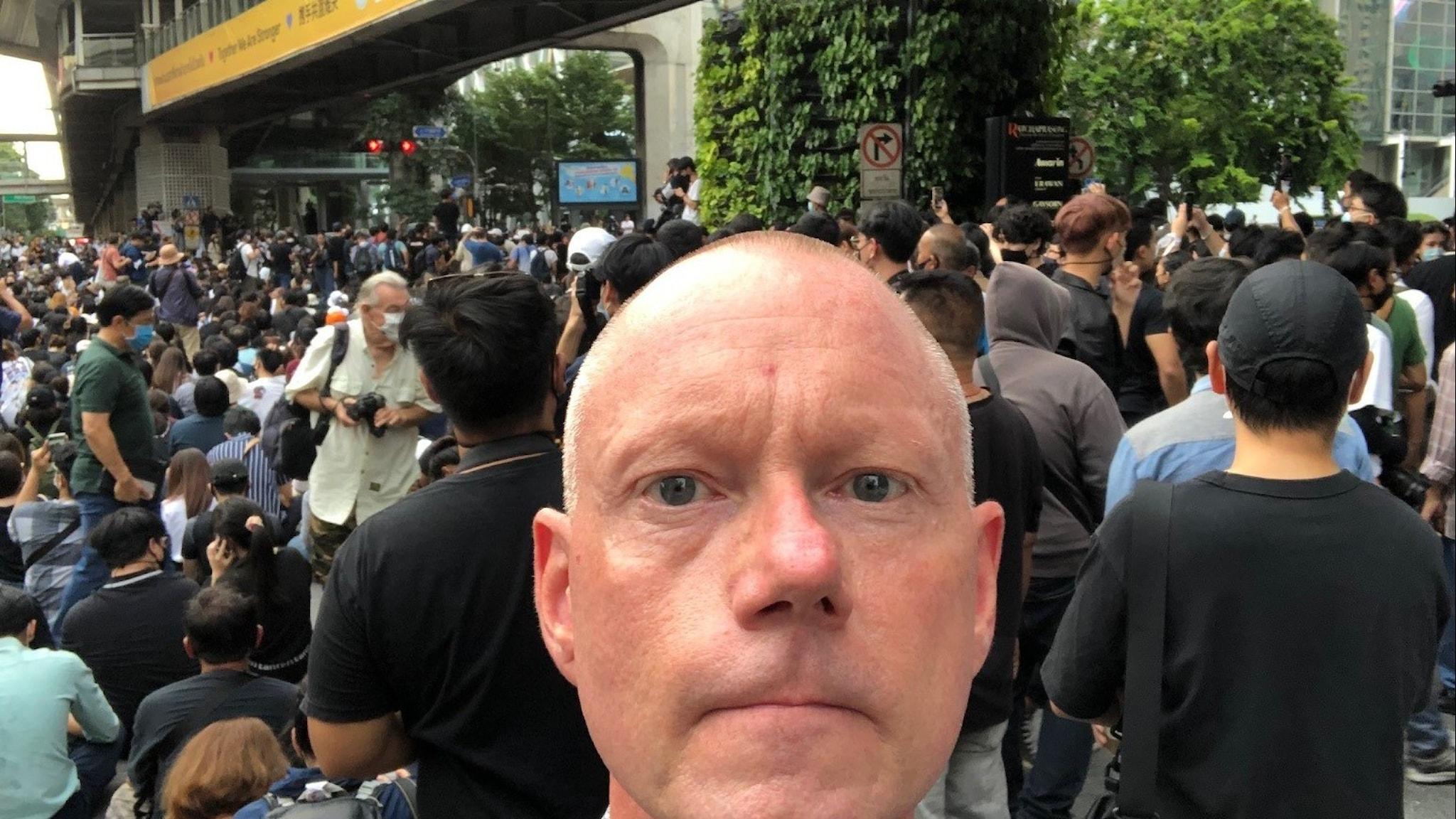 Asienkorrespondent Peder Gustafsson på demonstration i Bangkok.