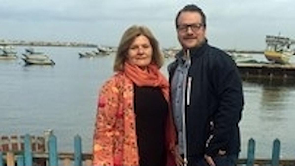 Sveriges Radios Mellanösternkorrespondenter Cecilia Uddén och Johan-Mathias Sommarström vid hamnen i Gaza.