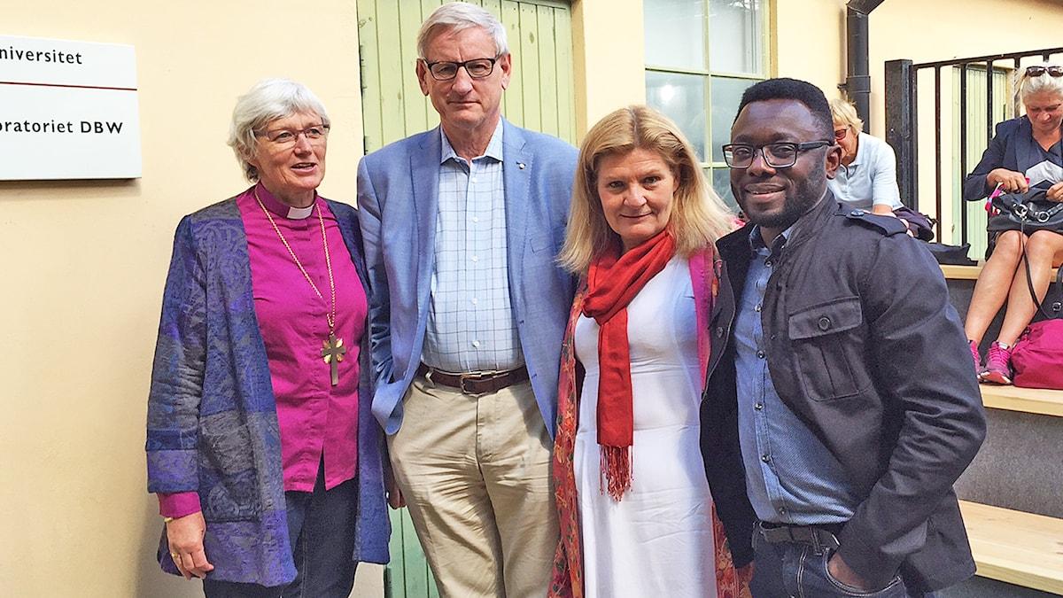 Antje Jackelén; Carl Bildt, Cecilia Uddén och Jude Dibia framför ett hus i Visby.