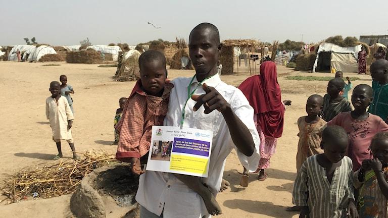 Idrisa 4 år i ett flyktingläger i norra Nigeria har fått nervskador av poliovirus i sina händer och ben som inte riktigt bär honom. Sannolikt blir han en av jordens sista att få sjukdomen innan den utrotas.