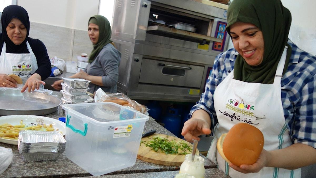 Kvinnor i Soufra lagar mat för catering