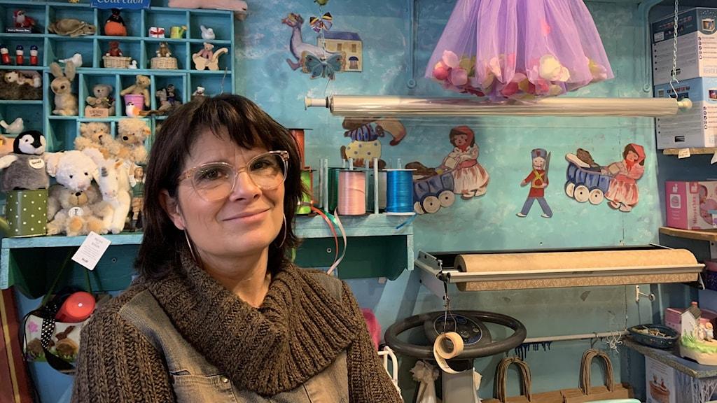Corinne i en leksaksbutik i Paris.