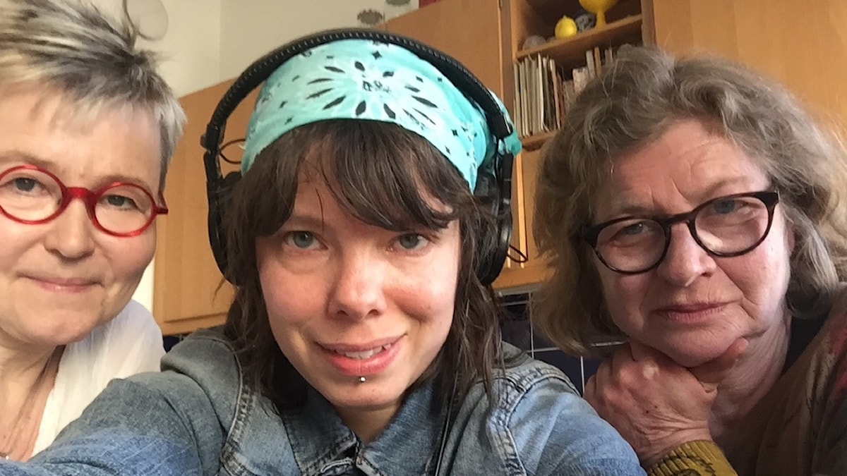 Sveriges Radios Helsingforskorrespondent Thella Johnson (mitten) tillsammans med Susanna Ginman (t.v.), politisk chefredaktör på Hufvudstadsbladet och Anne Suominen (t.h.), mångårig politisk journalist på bland annat YLE.