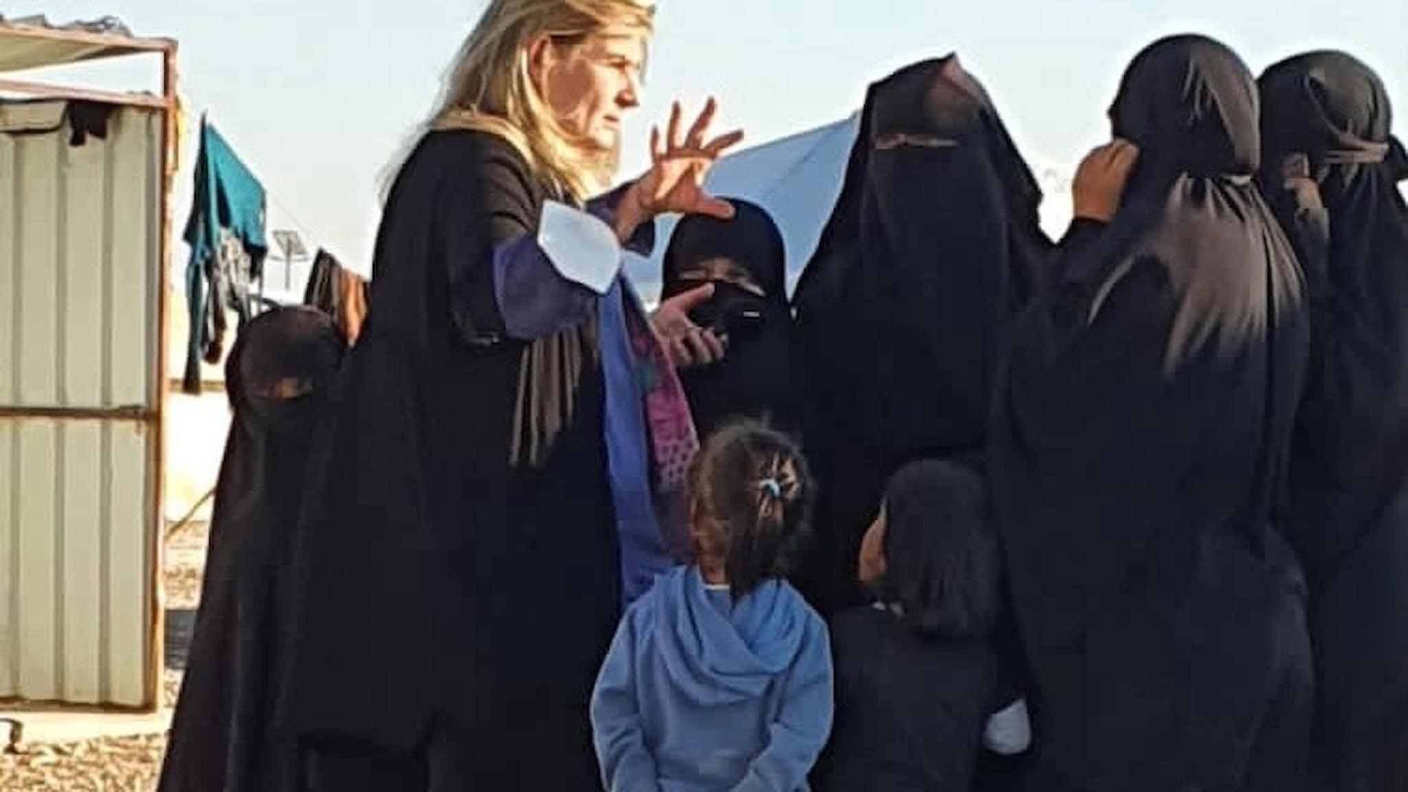 Cecilia Uddén med kvinnor och barn i interneringsläger i norra Syrien.