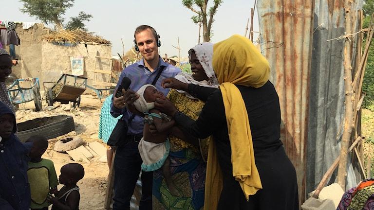 Johan Bergendorff tillsammans med barm som poliovaccineras i Nigeria.