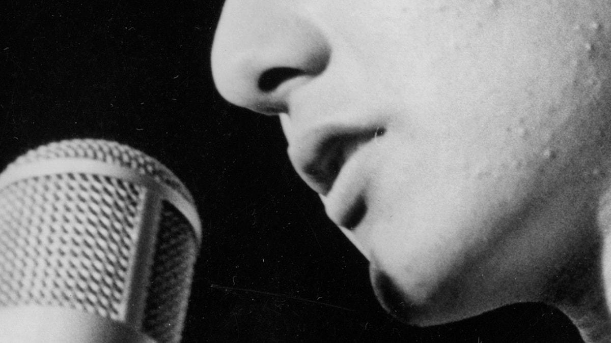 Man sjunger i mikrofon. Foto: SVT bild.