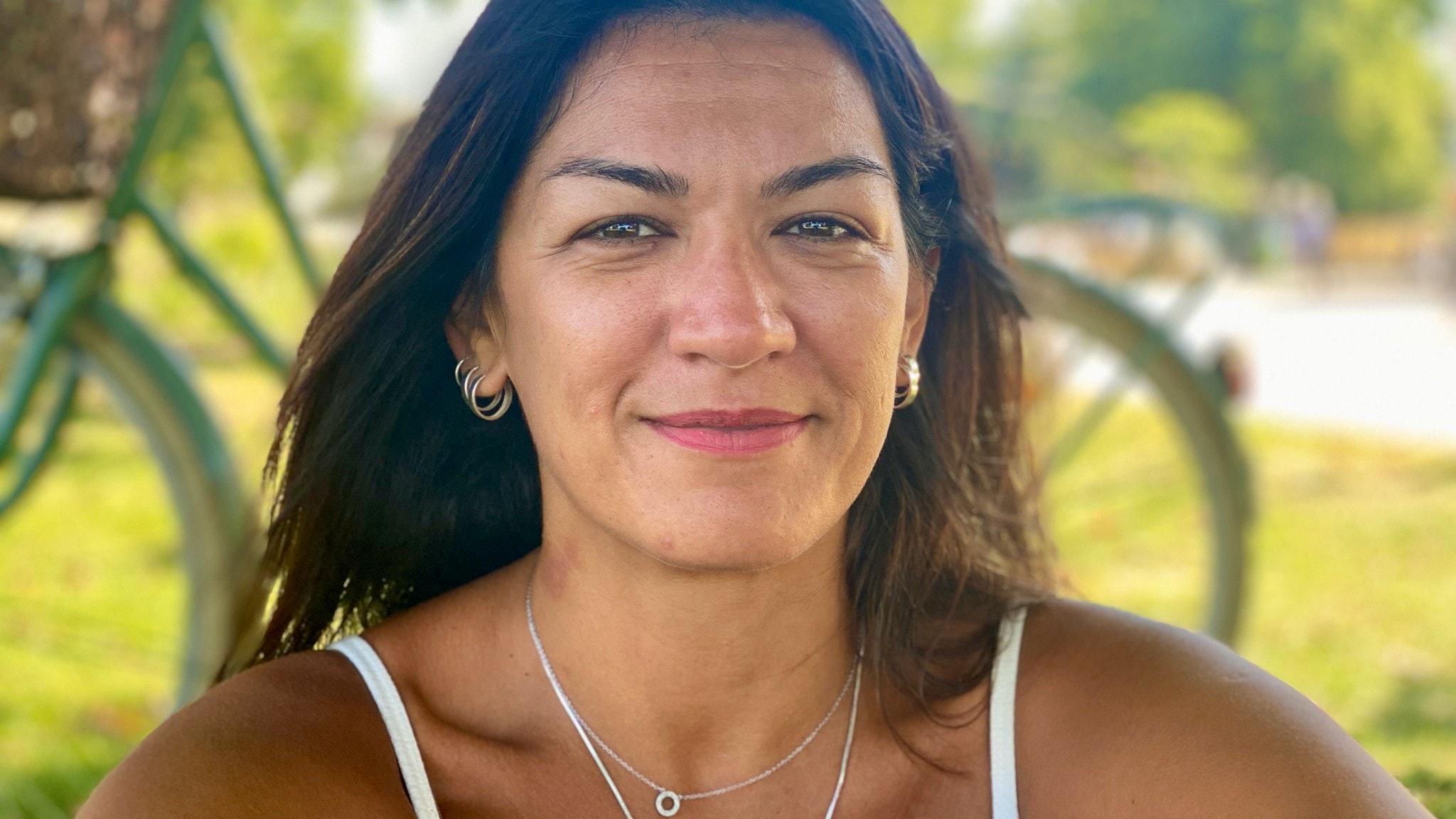 Nadin Al-Khalidi, sångerska och textförfattare i Tarabband, på gräset i Folkets park i Malmö.