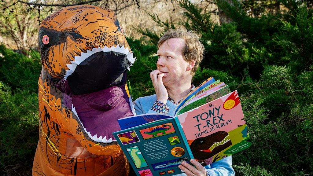 Johan Glans pratar med en Tyrannosaurus Rex och ser lite nervös ut. Foto: Martina Holmberg