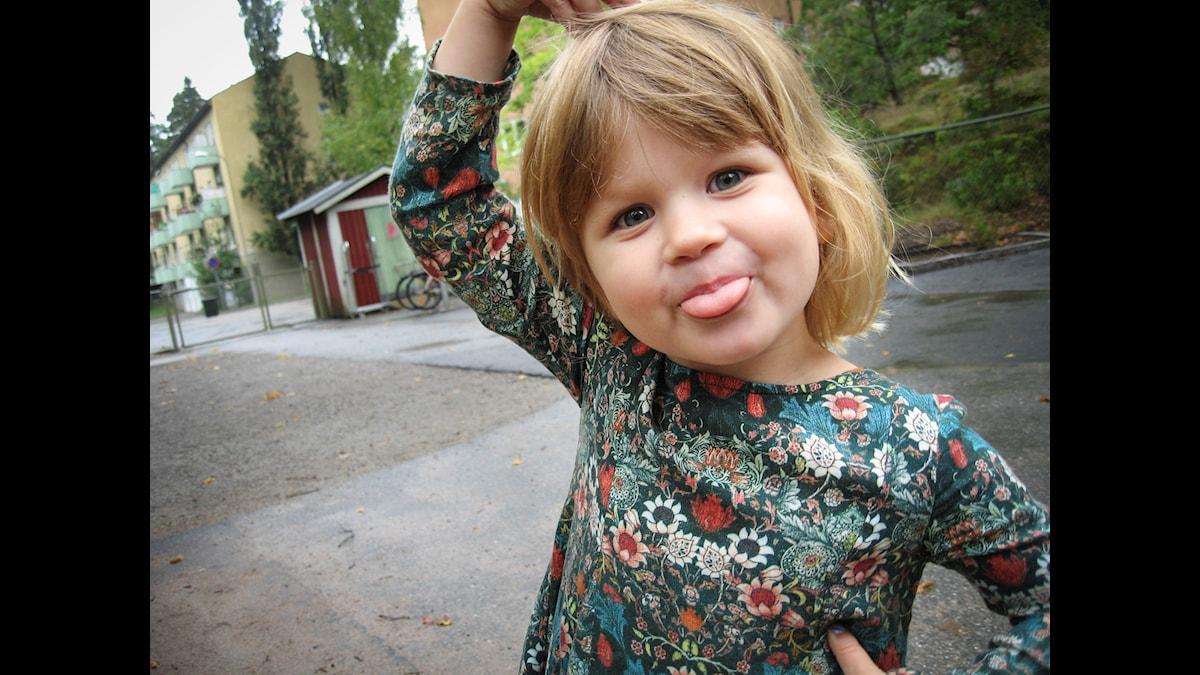 Lisen, 4 år, berättar om äventyr i fjällen. Foto: Jonas Knutell.