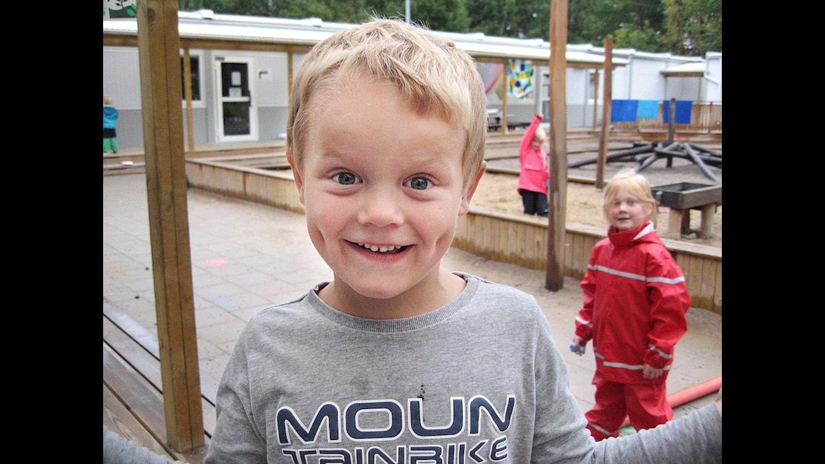 5-årige Liam från Nynäshamn tycker inte om när vuxna ska bestämma. Foto: Jonas Knutell / UR.