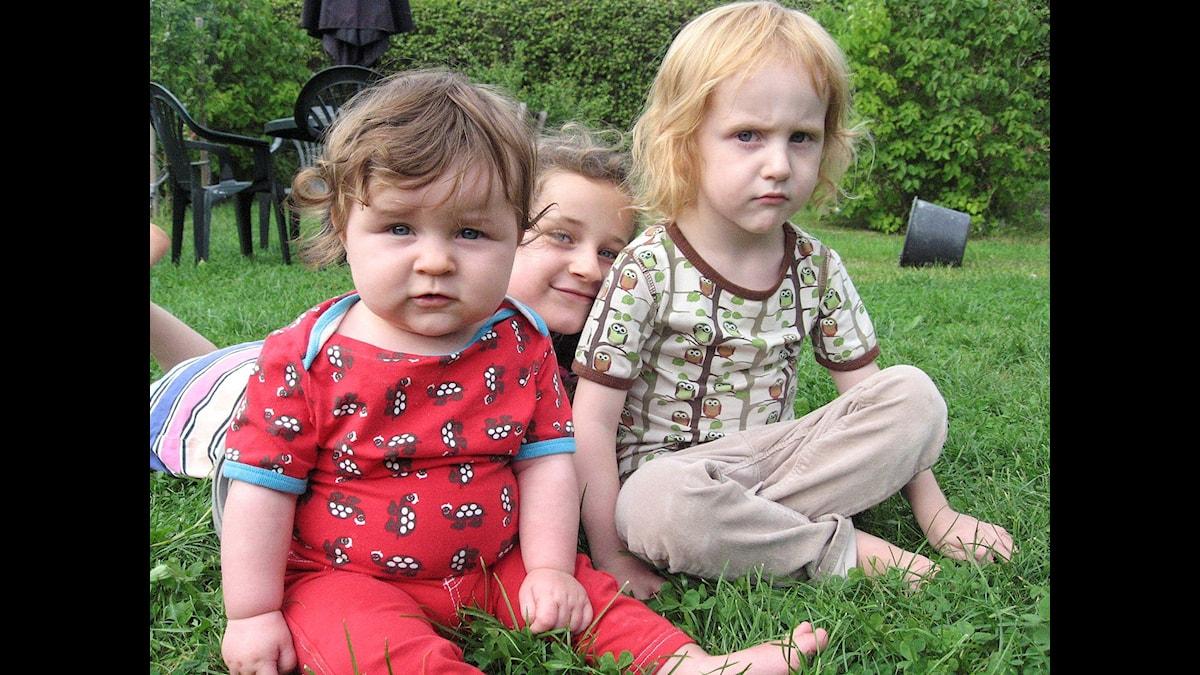 Syskonen Tore och Juno har fått en lillasyster som heter Mika. Foto: Jonas Knutell / UR.