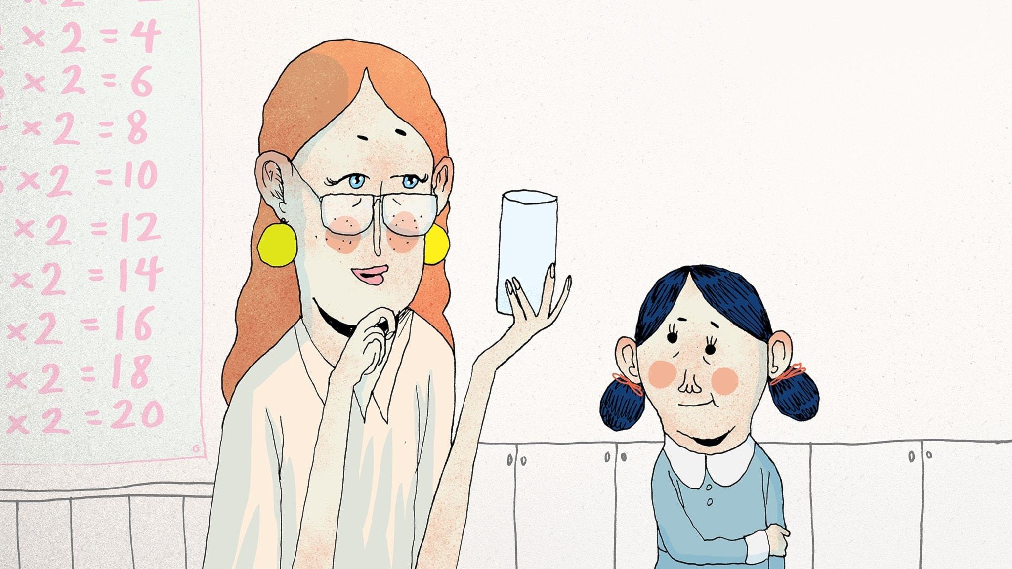 Fröken Honung håller upp ett tomt glas och tittar på Matilda. Bild: Erik Svetoft