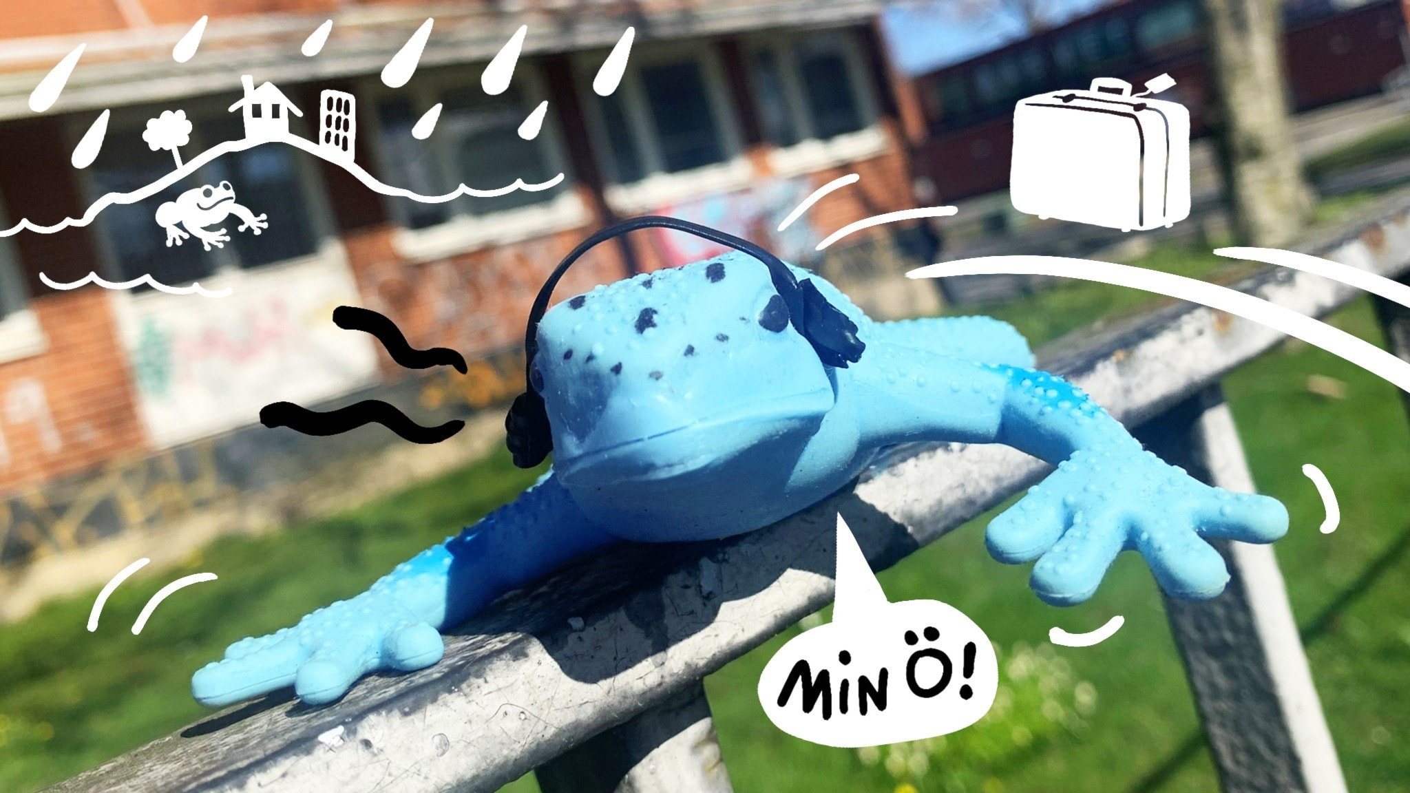 """Den blåa grodan Kville hoppar runt hemma på sin ö Hisingen, och säger """"Min ö!"""" i en pratbubbla. Han har hörlurar på sig, det är gräs och hus, och några regndroppar. Bild: Astrid Molin och Ingrid Flygare."""