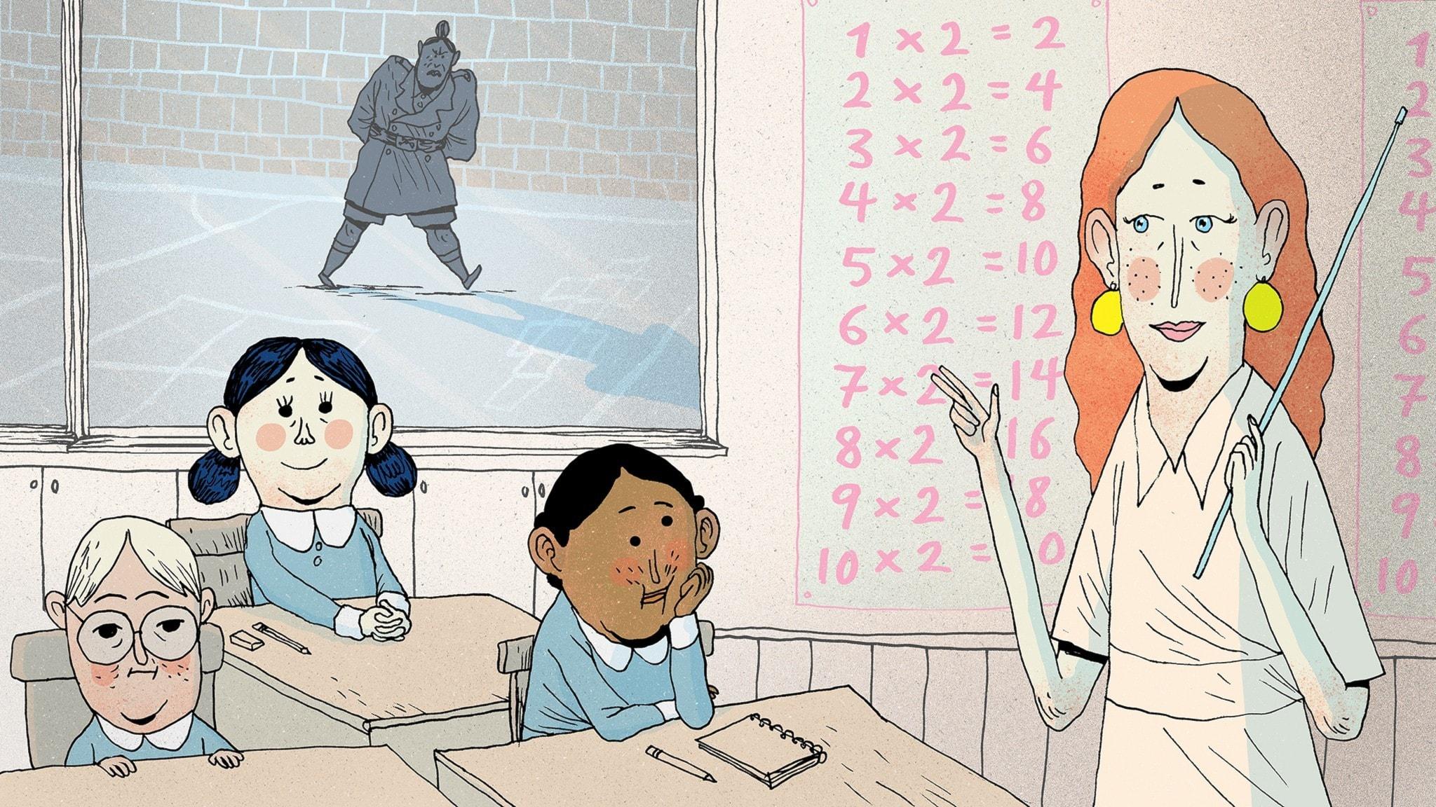 Matilda sitter i sin bänk i fröken Honungs klassrum. Utanför på skolgården går fröken Domderasson förbi. Bild: Erik Svetoft