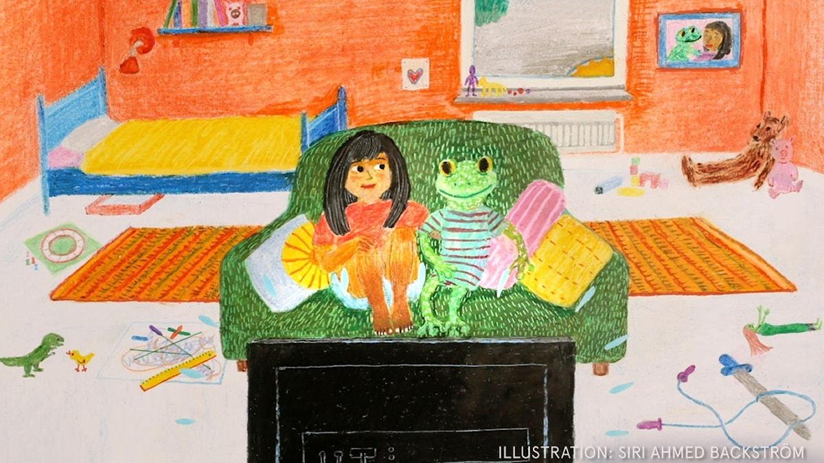 En mörkhårig flicka sitter i en soffa och tittar på Tv med sin stora tyggroda.