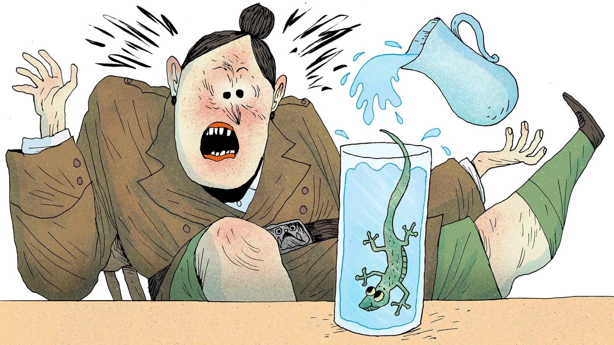 Fröken Domderasson häller upp vatten i ett glas och blir rädd för vattenödlan som hamnar i glaset. Bild: Erik Svetoft