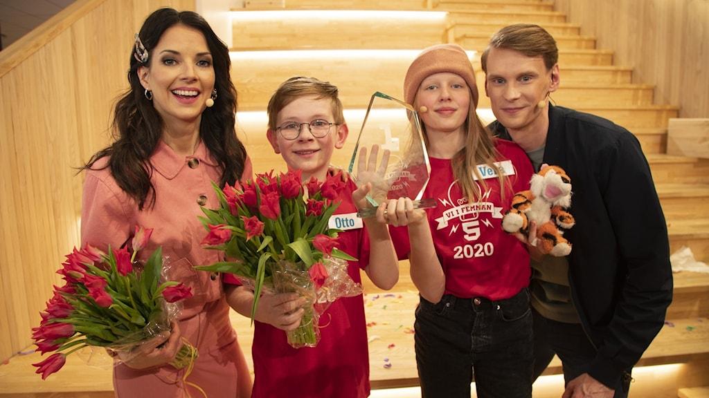 Vinnarna av Vi i femman 2020 tillsammans med de båda programledarna. Från vänster: Malin Olsson, Otto Algell, Vera Mogensson och Kristoffer Fransson.
