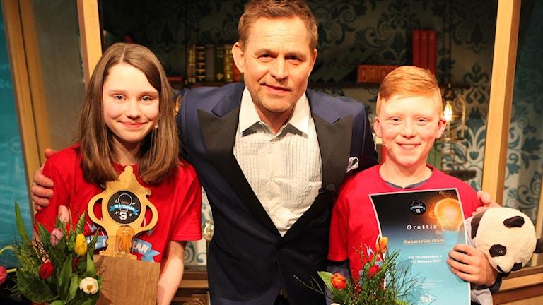 Vinnarna av Vi i femman 2017: Elma Fridell och Oskar Holmlund från klass 5 i Ankarsviks skola på Alnö, P4 Västernorrland.