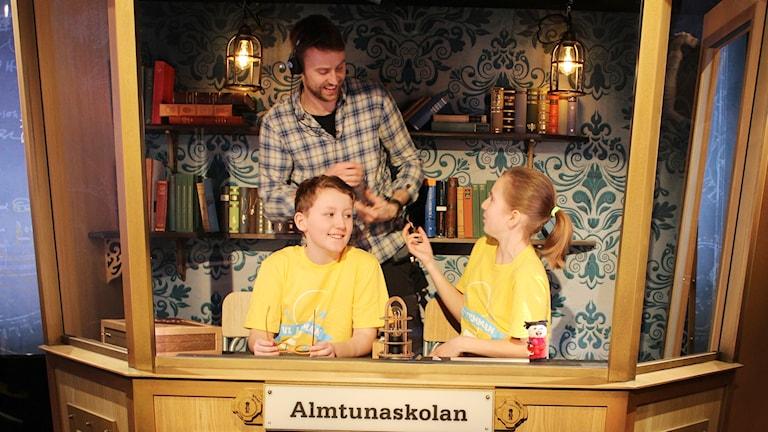 Tea Wetterbom och Tim Boukharta tävlar för Almtunaskolan i Uppsala