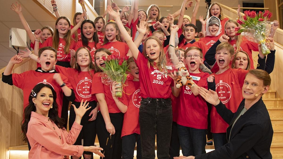 Vi i femmans vinnarklass, 5B från Enskede skola, firar tillsammans med programledarna Malin Olsson och Kristoffer Fransson.