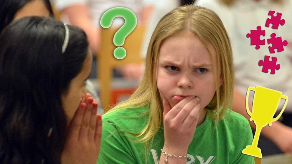 Två barn funderar över en fråga. På bilden finns också ett frågetecken, pusselbitar och en pokal.