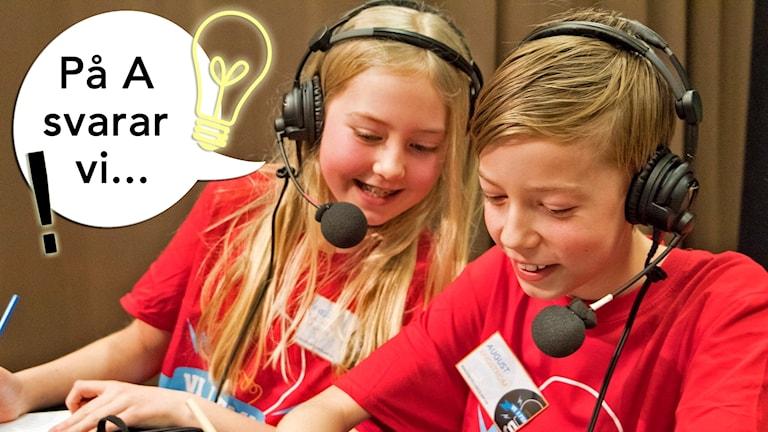 Två barn i en tävlingssituation. De har headset på sig och kollar på ett skriftligt svar som en av dem skrivit.
