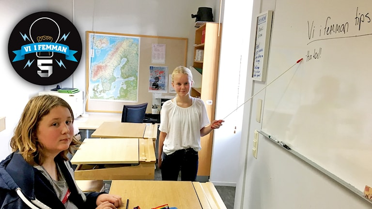 Tidigare vinnarna av Vi i femman Eilif Kamel Hargaut och Alva Eliasson Engelska skolan i Sundsvall står vid whiteboarden i ett klassrum. På tavlan står Vi i femman-tips: Ha kul!