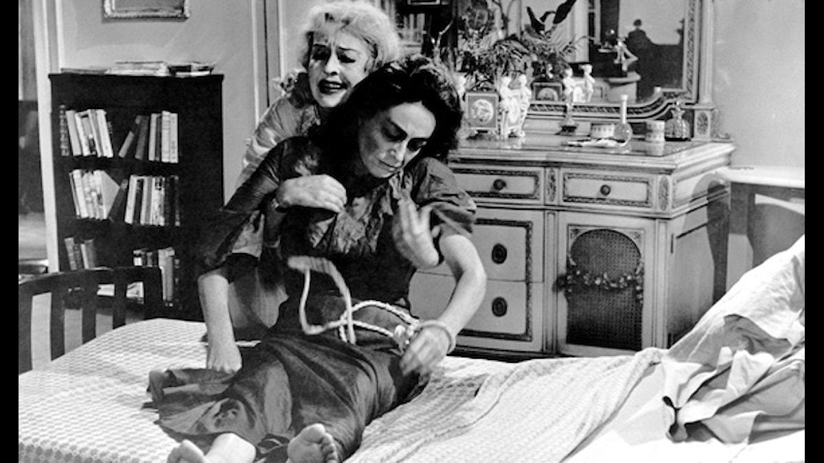 "Joan Crawford och Bette Davis under den verkliga inspelningen av ""What ever happened to  Baby Jane?"""