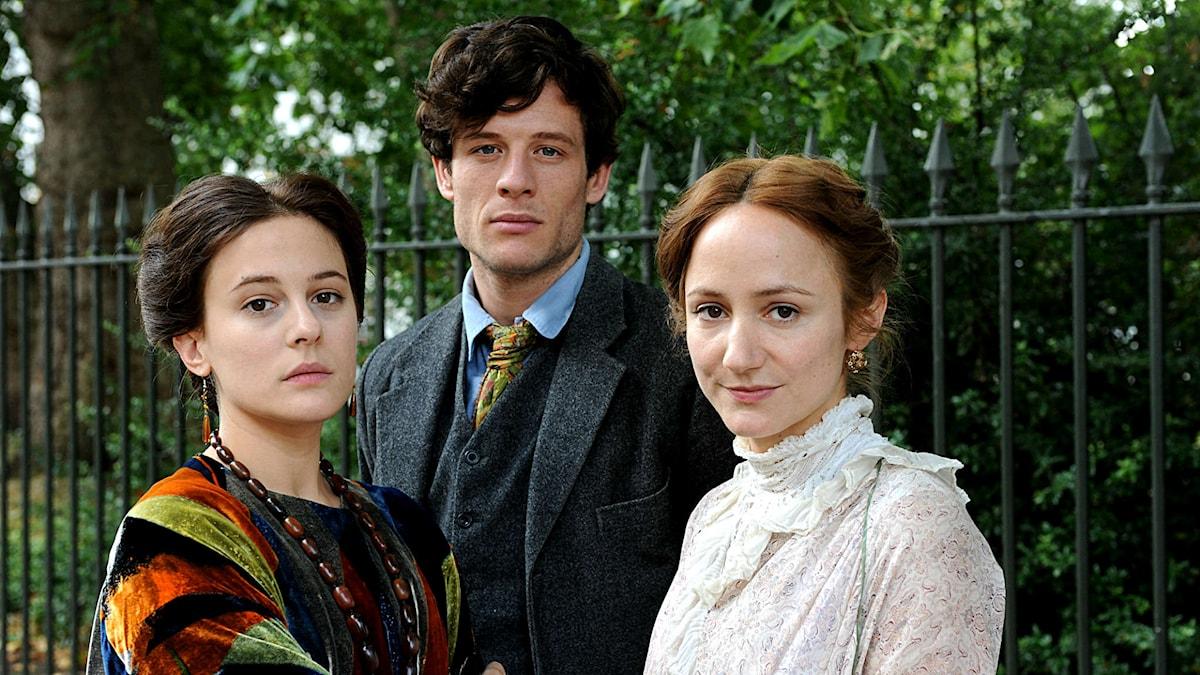 """""""Life in squares"""". Vanessa Bell, Duncan Grant och Virginia Woolf spelas av Phoebe Fox, James Norton och Lydia Leonard. Foto: BBC"""