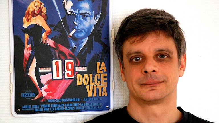 Manusförfattaren Peter Birro bredvid inspiratören Fellini   foto: Mia Gerdin