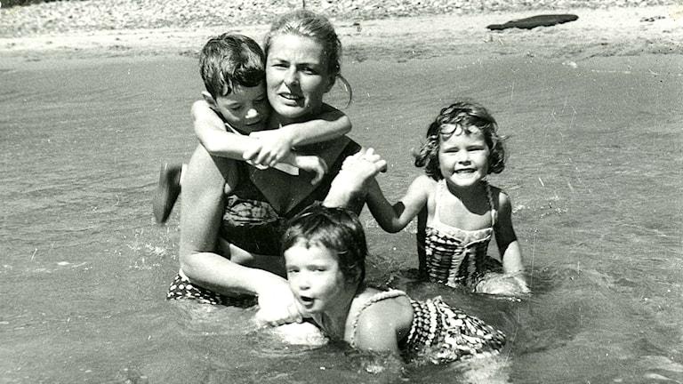 Ingrid Bergman och Rossellinibarnen i dokumentären Jag är Ingrid. Foto: Wesleyan University Cinema Archives.