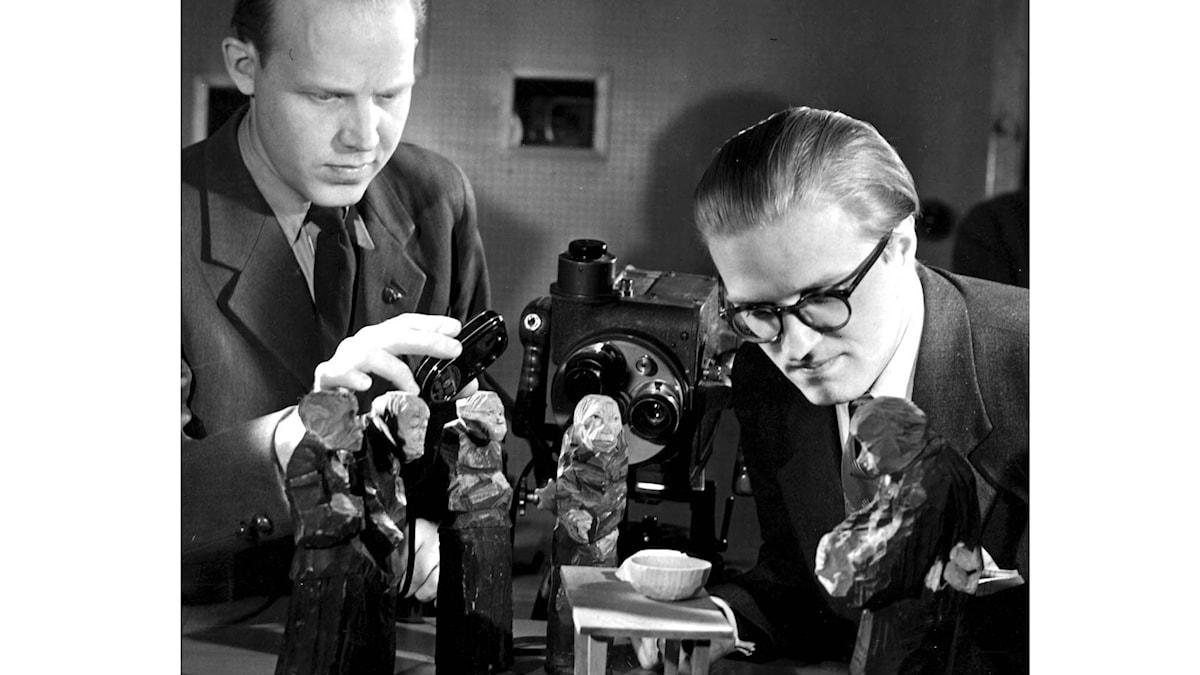Inspelning av filmen om skulptören Döderhultaren. Olle Hellbom, regissör, (t.h.) tillsammans med fotografen Rune Ericson under inspelningen. Foto: SCANPIX