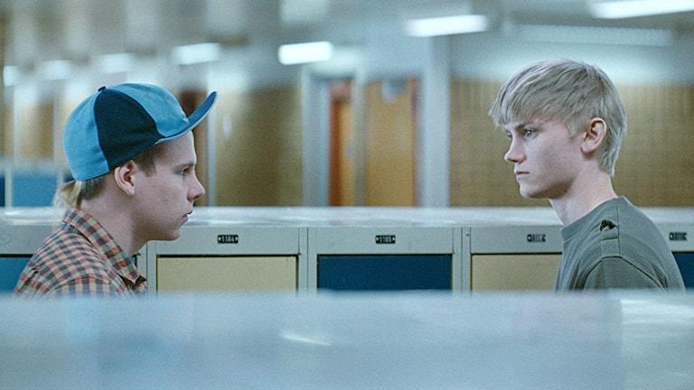 En hatisk klasskompis och nyligen frigivne John som spelas av Ulrik Munther i Magnus von Horns film Efterskalv. Foto: TriArt.