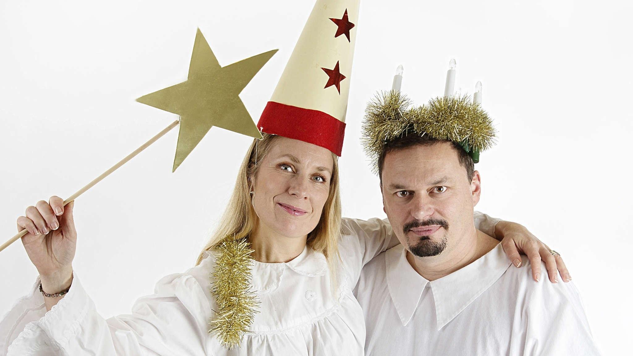 Annika Lantz och Roger Wilson i traditionell Lucia-outfit. Foto: Martina Holmberg/Sveriges radio
