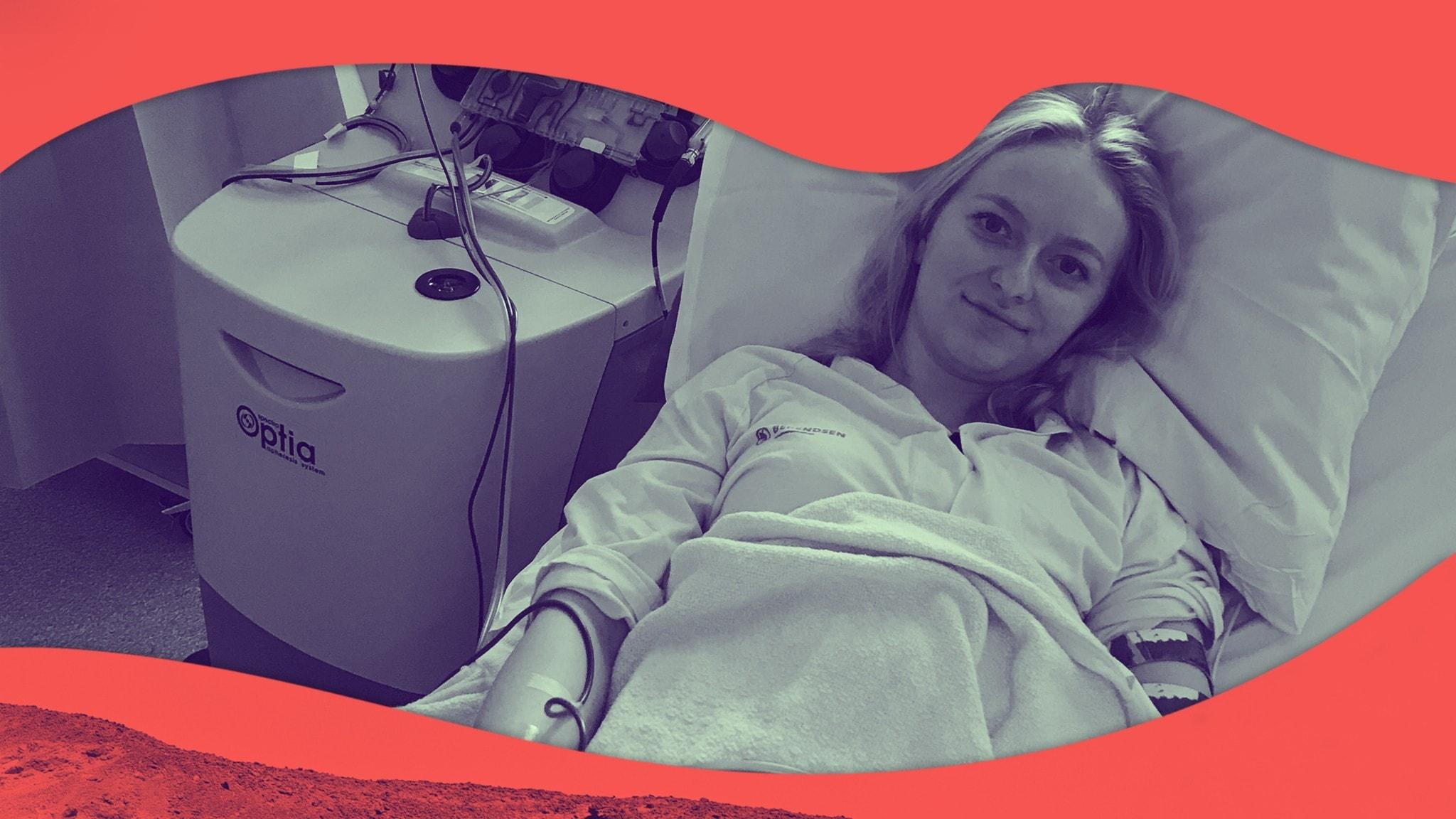 Hanna ligger på sjukhuset med armarna kopplade till dialysmaskinen.