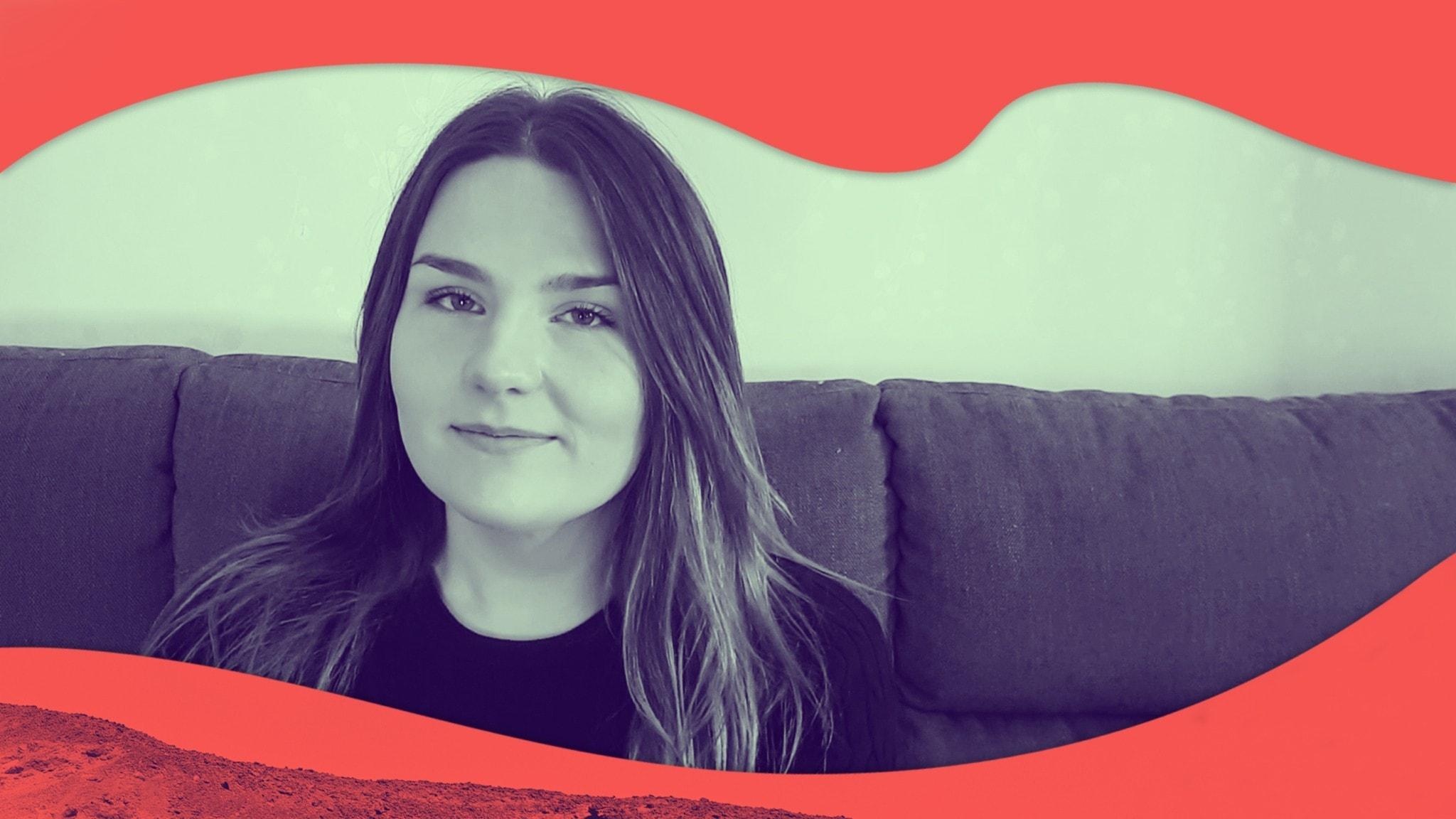 Porträttbild på Mona som sitter i soffan.