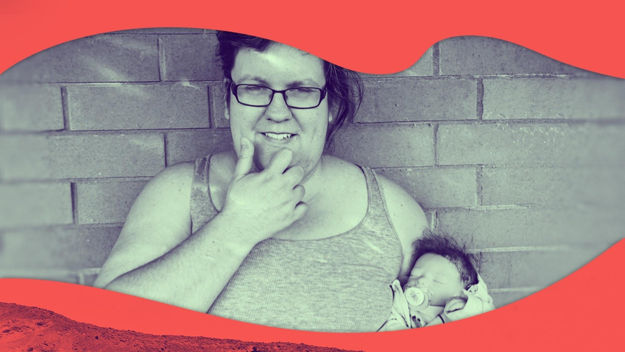 Rebecca håller sin reborn-docka i famnen.