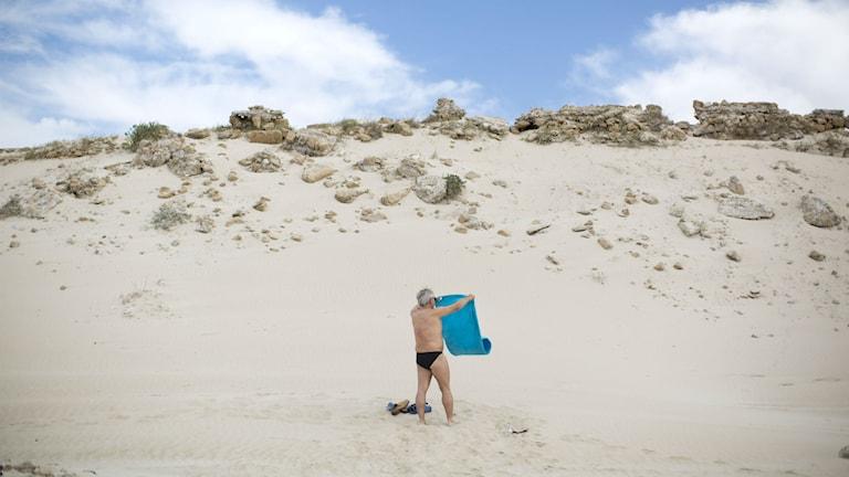 Man på strand. Foto: Oded Balilty/TT