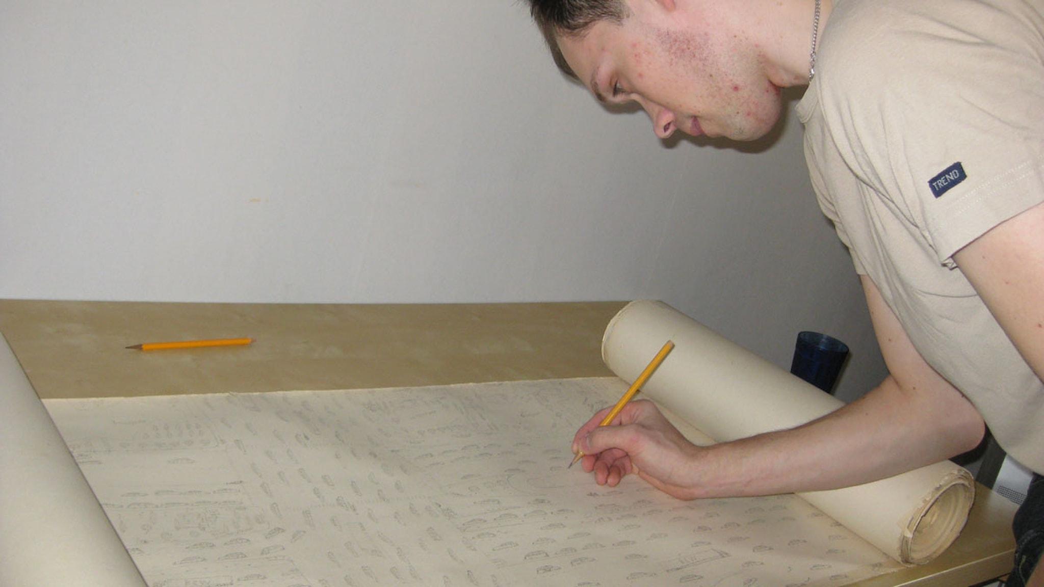 Lars ritar på sin tapet Foto: Alexandra Svedberg/SR