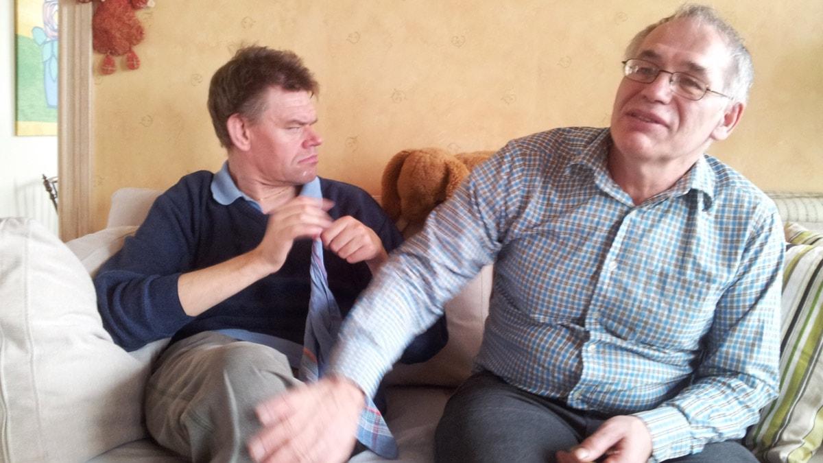 Thomas  tillsammans med Stefan som han är personlig assistent för. Foto: Carina Holmberg/Sveriges Radio