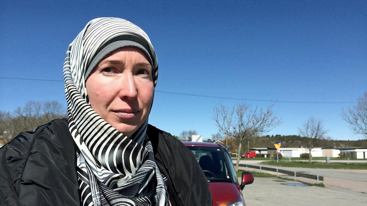 Caroline Åkeson Haideri tillbaka på parkeringsplatsen i villaområdet där hon en gång tog beslutet att bli konvertera till Islam. Foto Maria Hansson