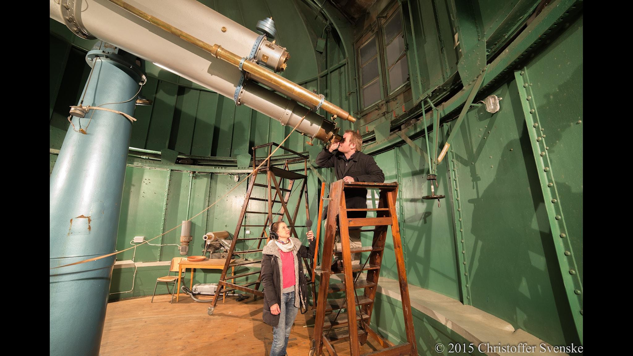 Harald Frendin vid Observatoriet i Uppsala försöker hinna se planeten Mars. Foto: Christoffer Svenske