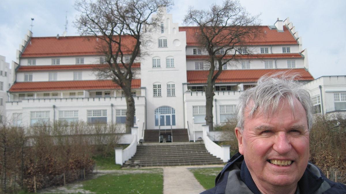 Folke Schimanski framför Falsterbohus. Foto: Lotta Malmstedt/Sveriges Radio