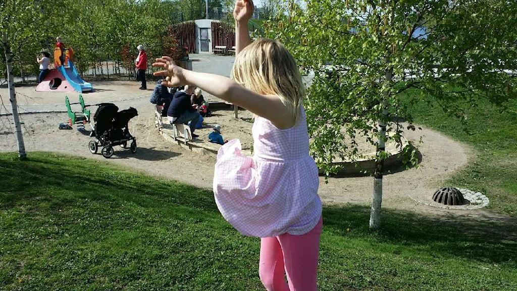 Linnea var 8 år när hon bestämde sig för att klä sig i klänning till vardags. Foto: Ylva Bogegård/SR