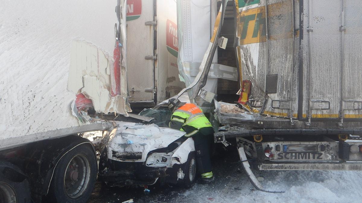 En av de bilar som blev krossade under någon av de 40 lastbilarn som var med i krocken.