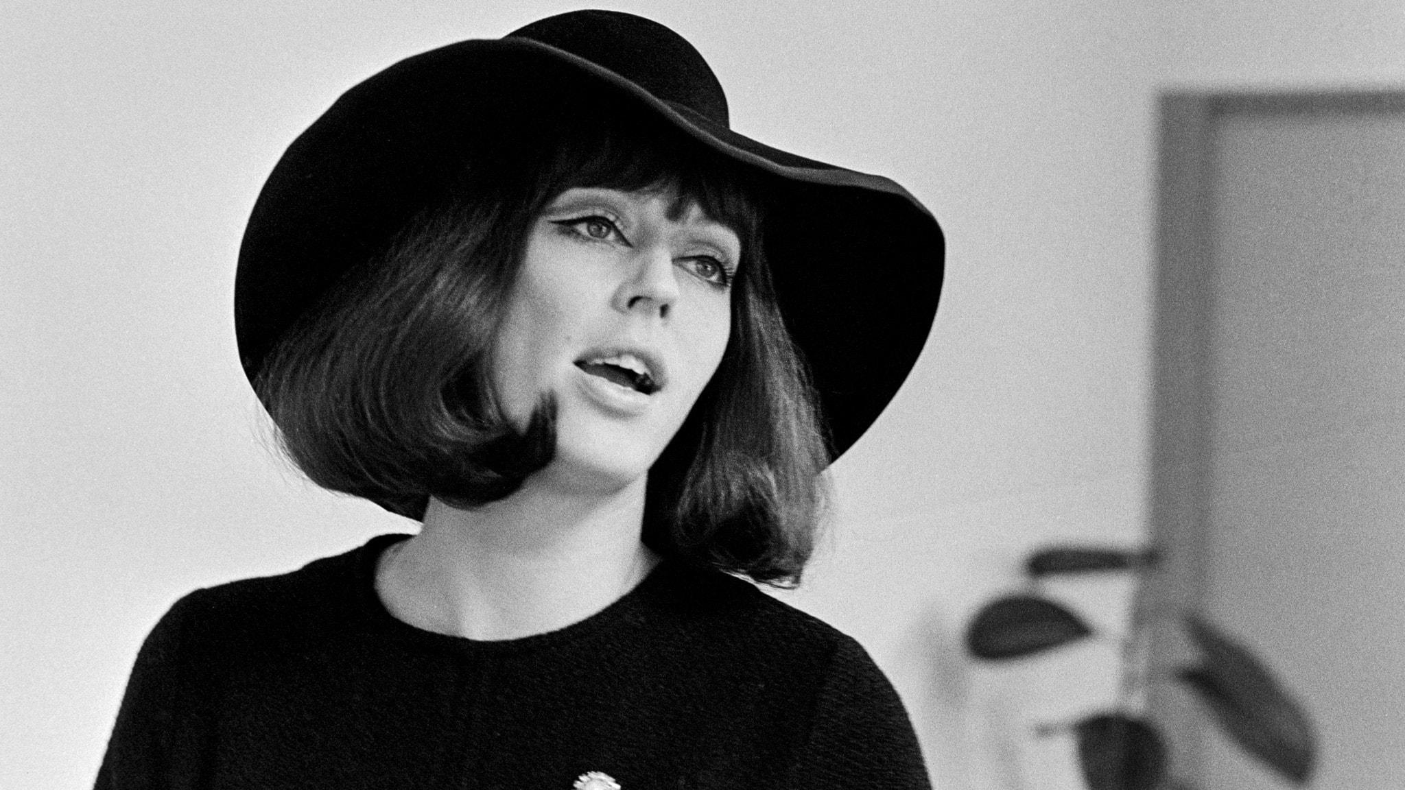 Lill Lindfors i stor svart hatt, 1968