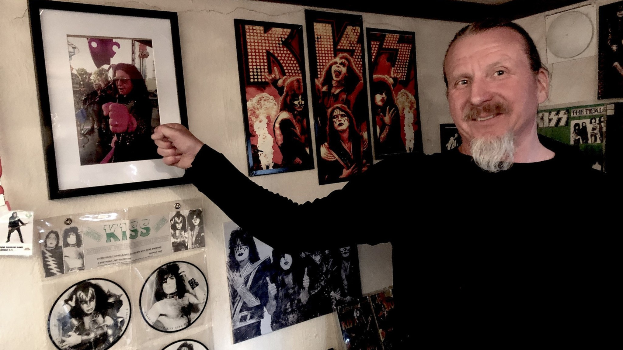 Thomas Munter har ett helt källarrum fyllt av vinylskivor och affischer med KISS.