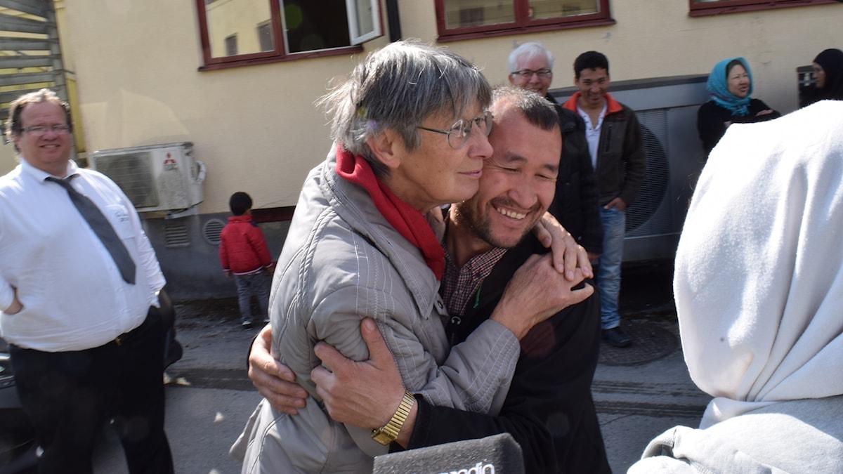 Agneta Berg kramar om en av dem som bott på asylboendet Ekängen som nu ska läggas ner.